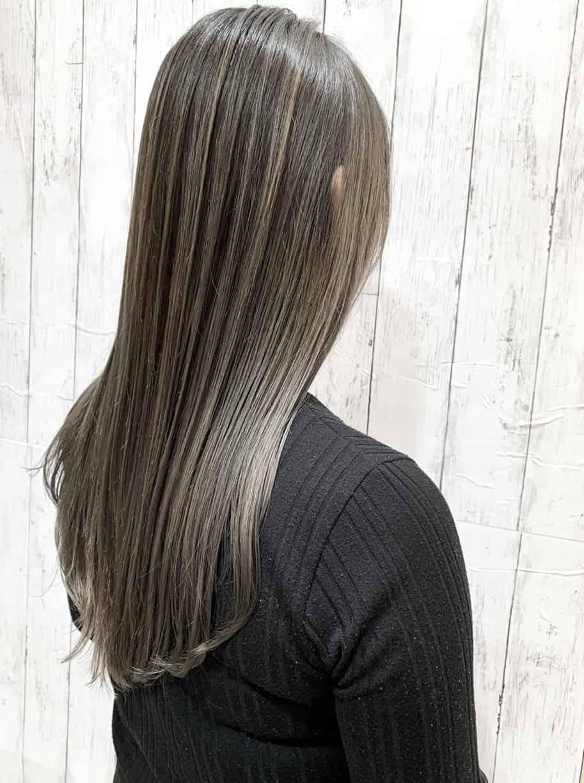 ロングのストレートヘアだから魅せられる《ハイライト》