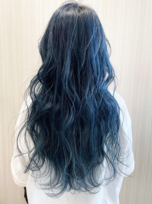 明るめのブルーアッシュがアーティスティック ロング